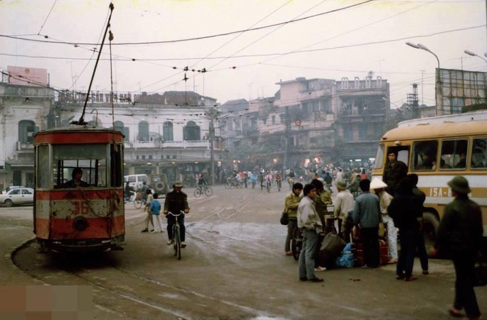 Hanojské tramvaje kolem jezeza Hoàn Kiếm