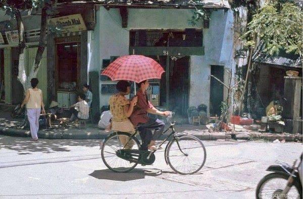 Romantická chvílka. hoch veze slečnu na legendární kole s názvem Phượng hoàng (fénix)