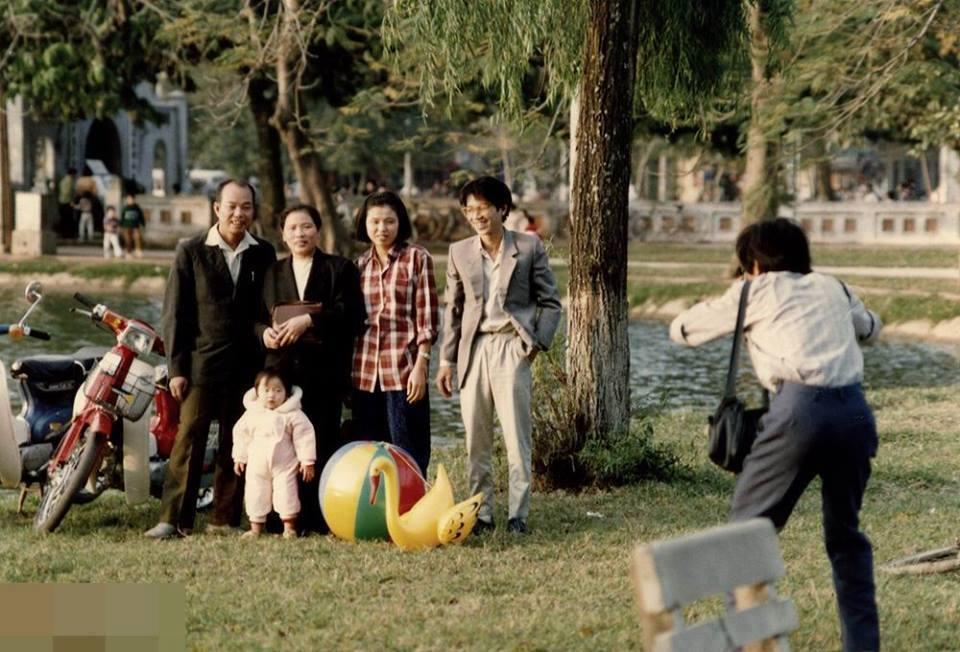 Rodina zachycuje a fotografii svůj moment spolu u jezera