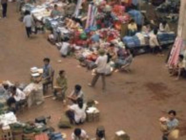 Uvnitř nejznámější tržnice v Hanoji Đồng Xuân