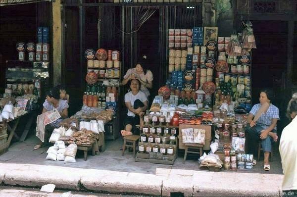 Moment relaxace prodejců smíšeného zboží na ulici Hàng Buồm