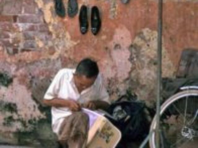 Opravář kožených věci na rohu ulice