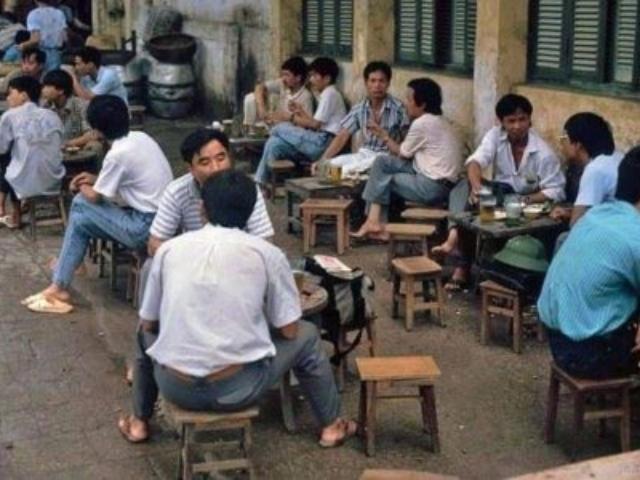 Pouliční pivní hospoda během odpoledních hodin