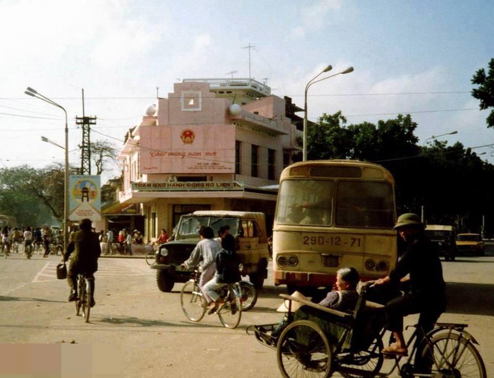 Křížovatna s názvem Cửa Nam spojuje ulice Tràng Thi - Cửa Nam - Nguyễn Thái Học - Hàng Bông - Điện Biên Phủ