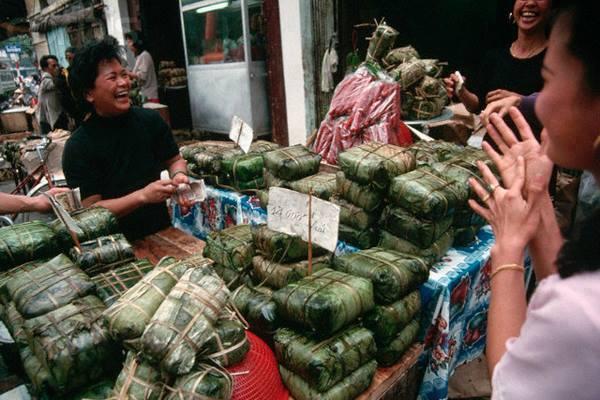 Tradiční novoroční koláč z lepkavé rýže Bánh chưng za 14.000 vnd/kus