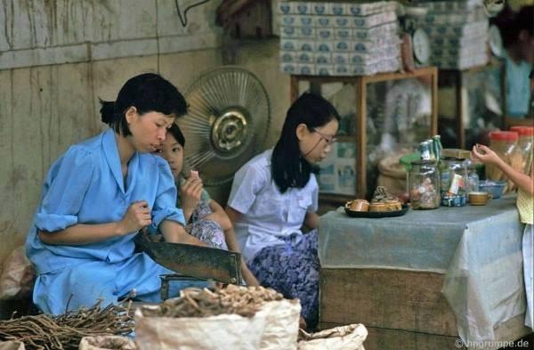 Lékárna asijské medicíny na ulici Lãn Ông
