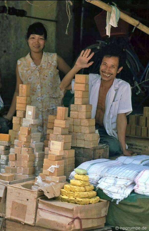 Velice oblíbené zboží v devadesátých letech byly trvanlivé sušenky, mýdlo a bílá látka