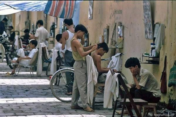 Pouliční kadeřnictví bylo na každém koutu Hanoje. Přetrvávají do teď